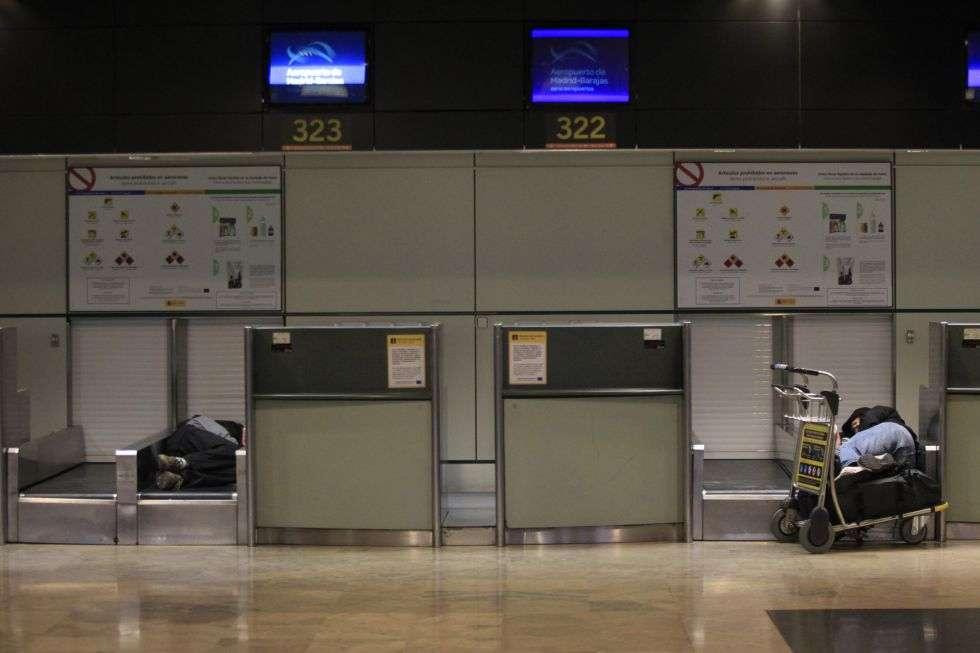 Pasajeros dormitan en el aeropuerto de Barajas. Los servicios mínimos garantiza el 40% de los vuelos internacionales fuera de Europa, el 20% de las conexiones europeas, el 50% de los vuelos entre la Península y Baleares, y el 10% de las interpeninsulares.