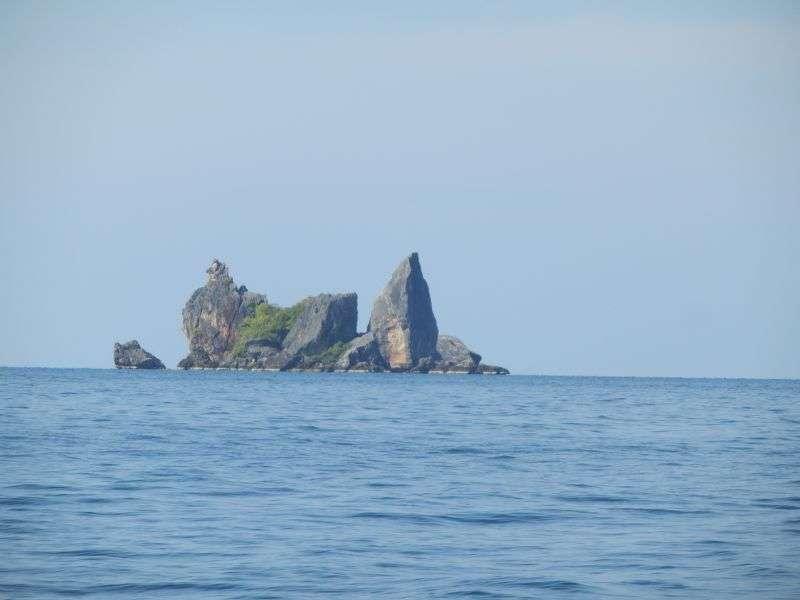 ...vorbei an bizarren Felseninseln....